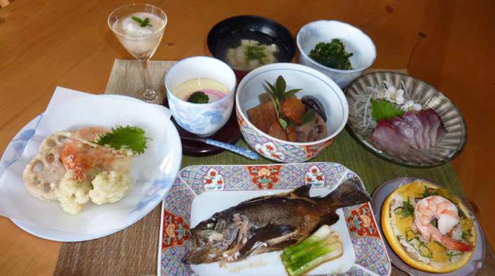 1.天ぷら盛合せ 2.甘夏ミカン寿司 3.刺身 4.季節の野菜煮 5.お吸い物 6.メバルの煮付け 7.はなっこりーの和え物 8.茶碗蒸し 9.梅ゼリー ※白ご飯が付きます。※時々の収穫物によってメニューが変更になります。※コーヒー・紅茶などの甘味には、「島のたからもの」黒砂糖(奄美群島、加計呂麻島の無機農薬栽培)を使っています☆彡