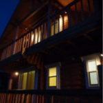 夕闇のログハウス外観